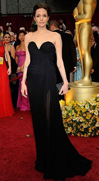 Анджелина Джоли в платье Elie Saab, в украшениях от Lorraine Schwarz.